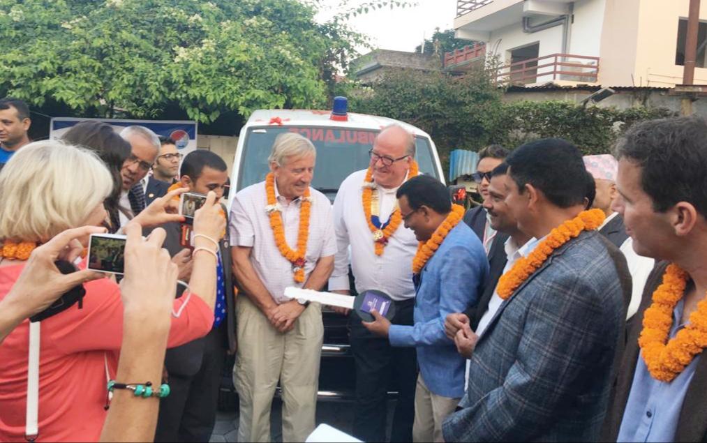 Overhandiging ambulance aan Nepalees Rode Kruis door Rotary Zwolle