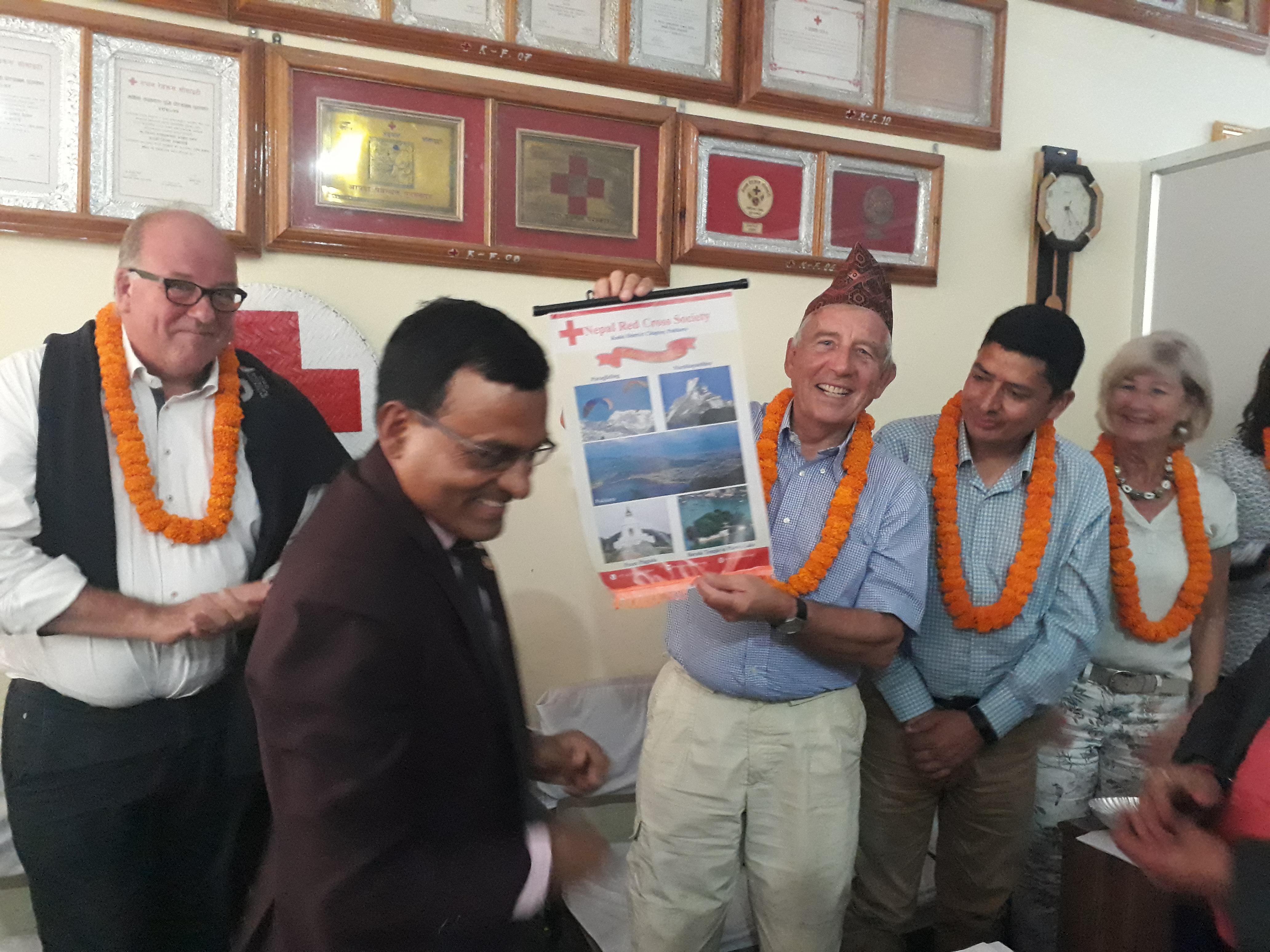 Voorzitter Daan van Vliet krijgt 'token of love' van Nepalees Rode Kruis