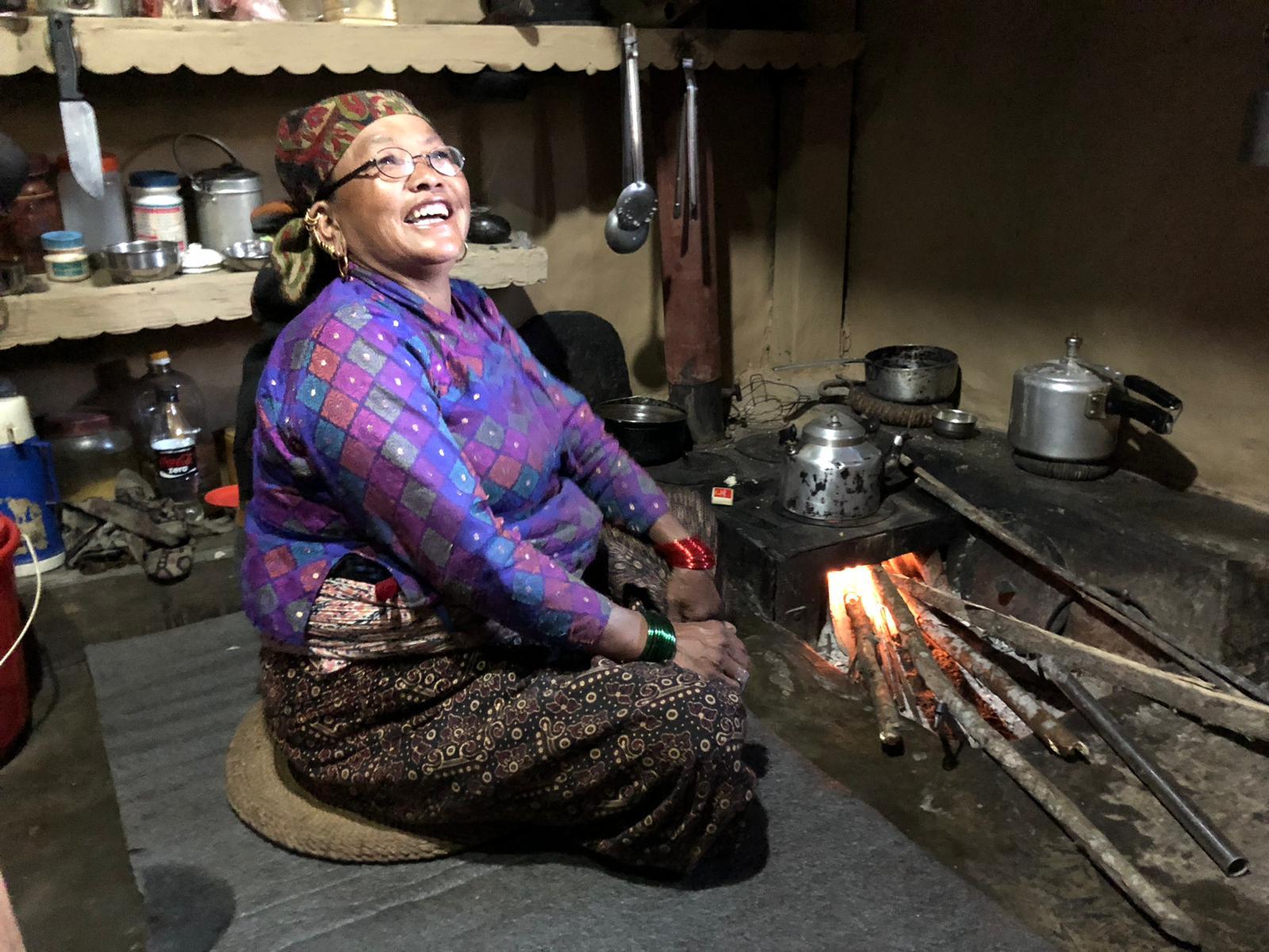 Dorpsbewoner gebruikt verbeterd kooktoestel in Tangting