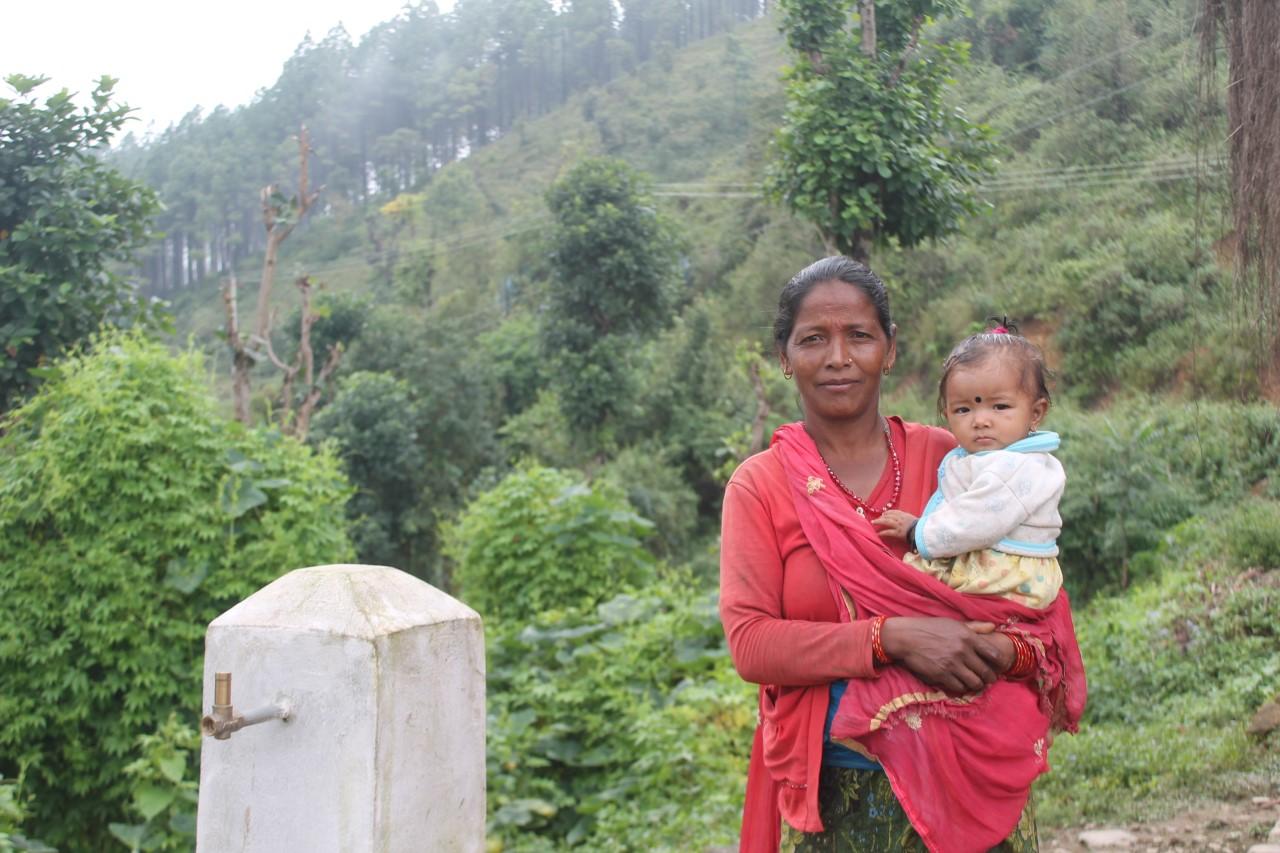 Chandra met haar kleindochter naast het waterpunt