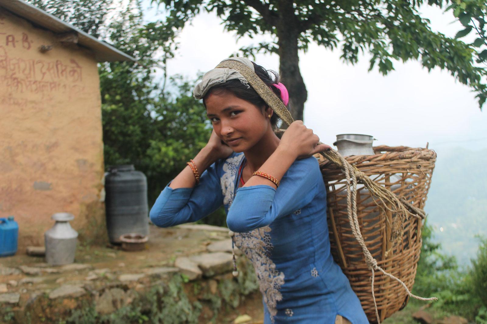 Pabitra draagt water naar haar dorp
