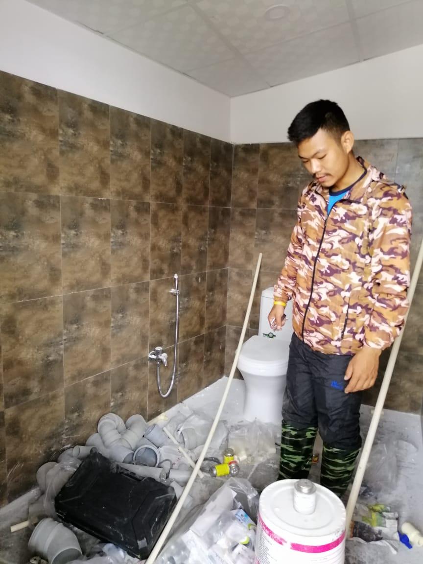 Amrit Gurung toont zijn werkplaats
