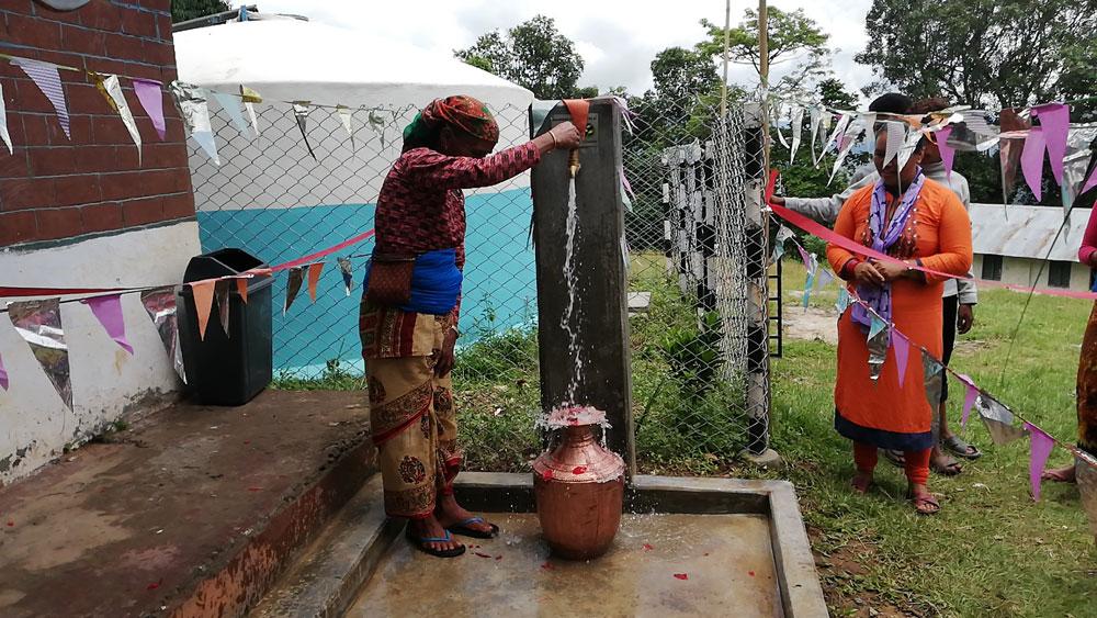 De watervoorziening in gebruik in Hamsapur
