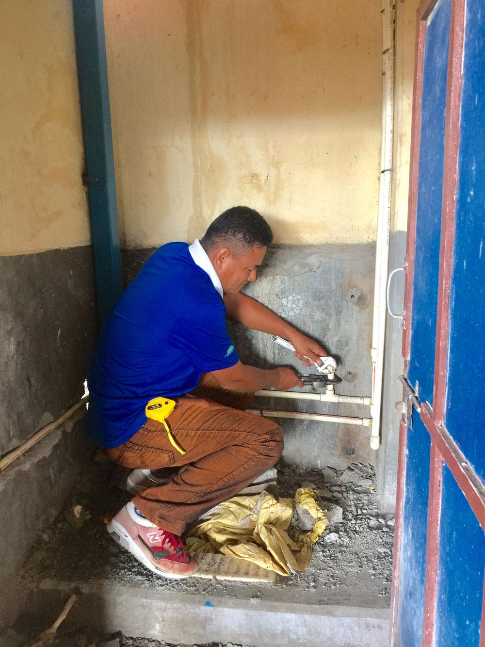 Keshav Gurung werkt aan een leiding