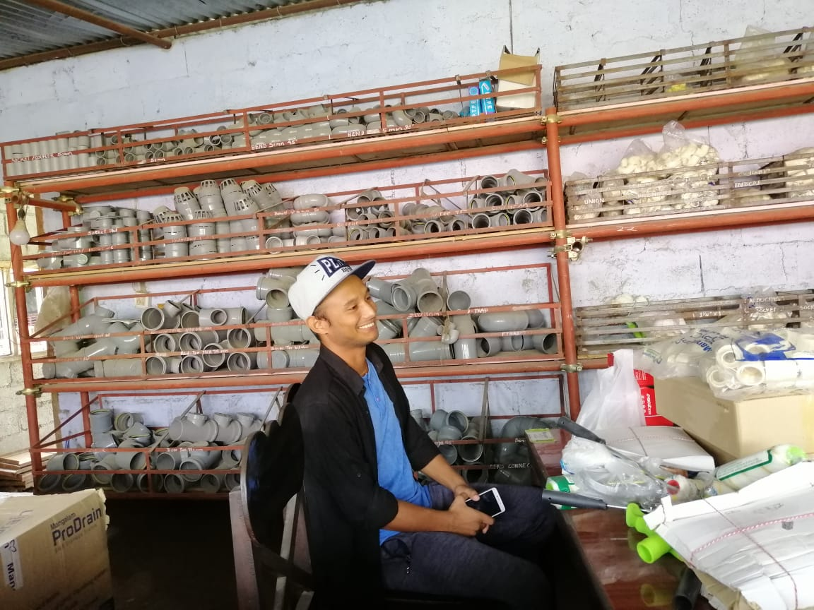 Surya Pandey in zijn winkel