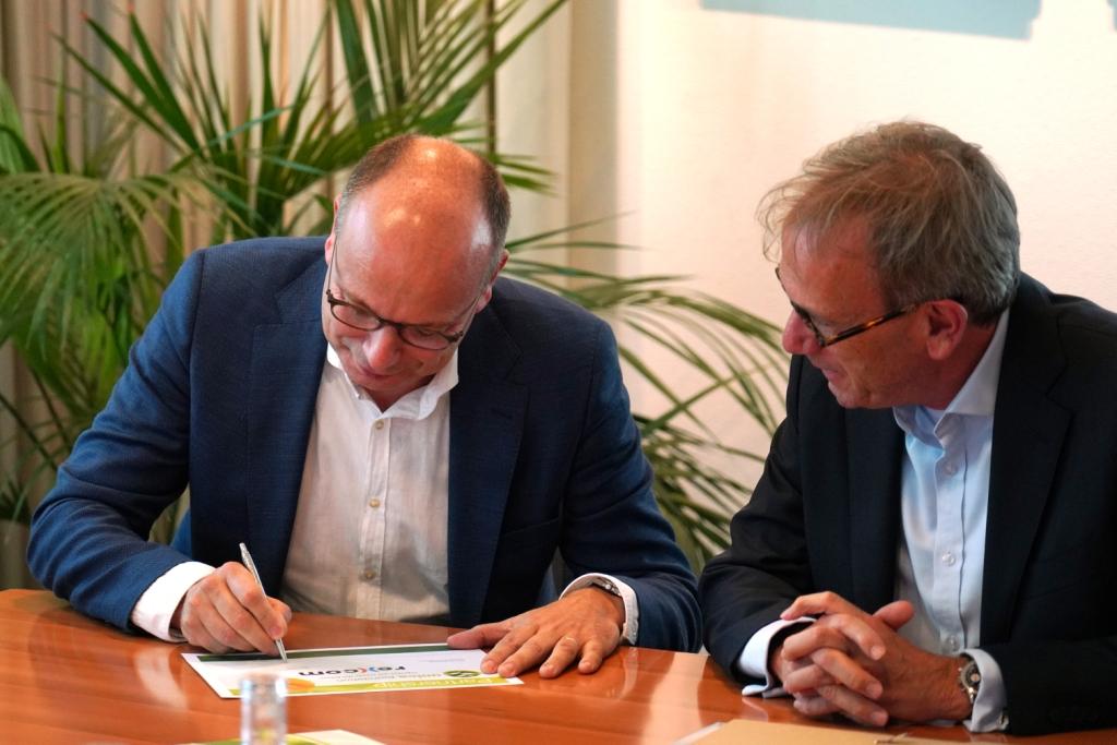 Jaap Hop ondertekent het partnership met de Unica Foundation